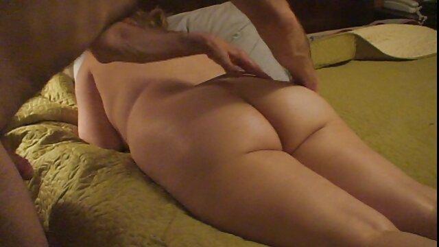 Dia berambut keriting, wanita ramping dengan payudara besar mengambil gambar telanjang xxx anak jepang di sebuah gua laut.