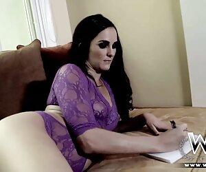 Seorang Rusia Muda di Skype pron video jepang dengan seorang teman.