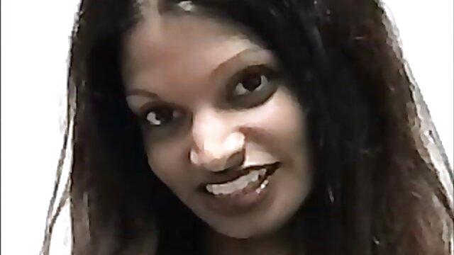 Seorang gadis dengan payudara vidio xxx jepang selingkuh besar kawat webcam.
