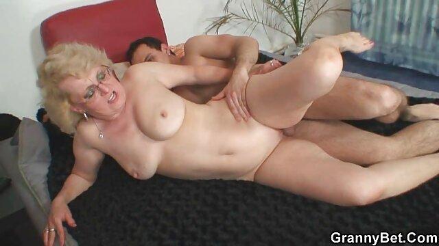 Wanita 70 tahun menjepit jarinya di penis Muda dengan tangan dan dada hd sex jepang silikon.