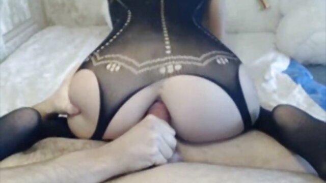 Suaminya menyiksa xnxx porn jepang istrinya dengan keras, istrinya yang coklat sebelum dia menghisap lehernya
