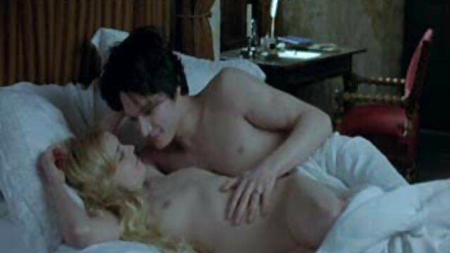 Seorang gadis masturbasi hot porn jepang pada sebelum tidur.